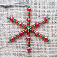 red-green-small-beaded-snowflake-decoration-front